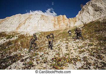 katona, befog, feláll, a, hegy, noha, egy, idegenvezető