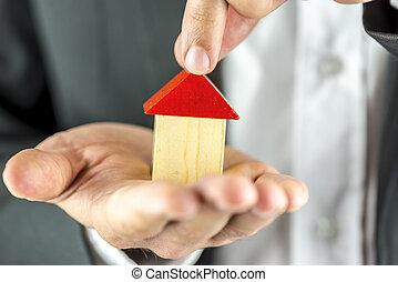 Das Wichtigste in Kürze: Das Haus nach der Trennung. Je nach Situation können verschiedene Lösungen in Betracht kommen, bspw. ein Verkauf´oder eine Nutzungsentschädigung.