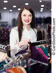 kaufinteressent, glücklich, weibliche, Wählen, Kleidung