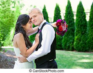 kaukázusi, lovász, birtok, övé, biracial, menyasszony, mosolyog., különböző, cou