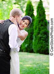 kaukázusi, lovász, kedvesen, csókolózás, övé, biracial, menyasszony, képben látható, cheek., di