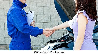 kaukasier, junger, mechaniker, handgeben, mit, a, weibliche , kunde