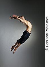 kaukasier, mann, gymnastisch, sprung, haltung, auf, grau