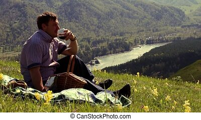 kaukasisch, bemannen zitting, in de bergen, en, genieten, de, beauty, van, natuur