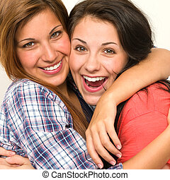 kaukasisch, zuster, omhelzen, lachen, aan fototoestel