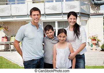kaukasisk familie, udenfor, deres, nyt hus