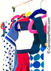 kavels, van, kleurrijke, jurken, op, hangers, in, shop.