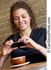 kawa, bar samoobsługowy, fotografowanie, kobieta