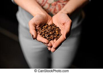 kawa, barista, jej, granuluje, dzierżawa wręcza, dziewczyna, wydrążenie