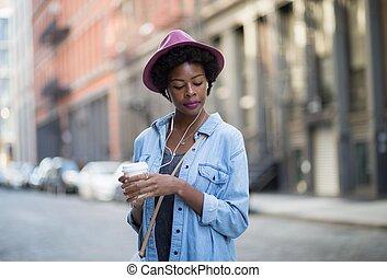 kawa, kobieta, modny, rano, amerykanka, muzykować słuchanie, afrykanin, cieszący się