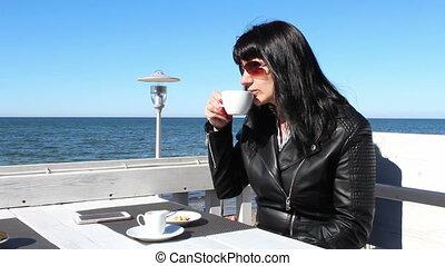 kawa, na wolnym powietrzu, młoda kobieta, picie, kawiarnia