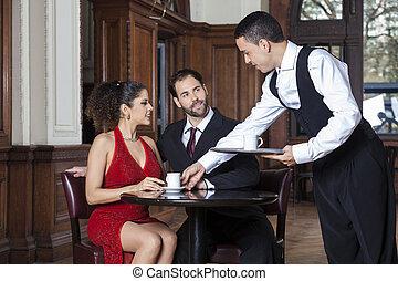 kawa, służąc, restauracja, kelner, para, młody, tango