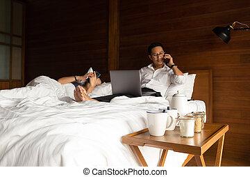 kawa wystawiają, żona, laptop, bed., komórka głoska, jego, biznesmen, używając