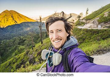 kawah, volcánico, selfie, magnífico, indonesio, joven, ácido, salida del sol, montaña, contener, ijen, volcano., lago, más grande, azufre, turistas, montañas, minería, turista, vistas, gasses, punto, famoso, marcas, volcán, mundo, venga, hombre, esto, caminata, language., verde, lugar, encontrar, ...