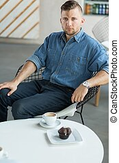 kawiarnia, młody mężczyzna
