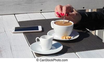 kawiarnia, wzruszający, samica, na wolnym powietrzu, kawa, ręka, łyżeczka