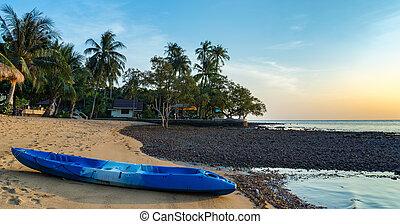 kayak, su, il, riva, di, uno, spiaggia tropicale, su, il, isola