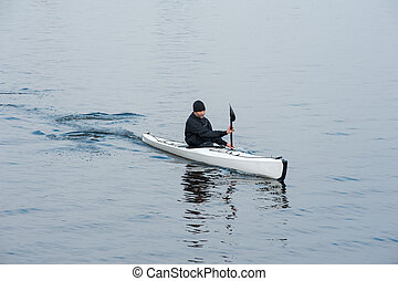 kayaking, en, el, río, en la ciudad, cerca, el, orilla, 01