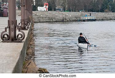 kayaking, en, el, río, en la ciudad, cerca, el, orilla, 03