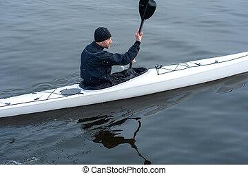 kayaking, en, el, río, en la ciudad, cerca, el, orilla, 04