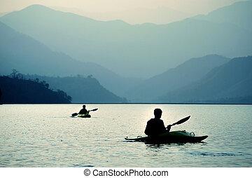 kayaking, en, ocaso, en las montañas