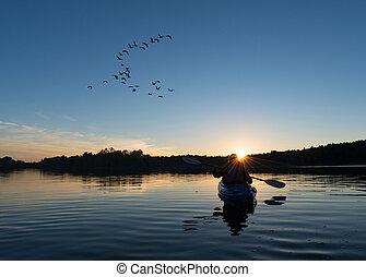 kayaking, femme, coucher soleil