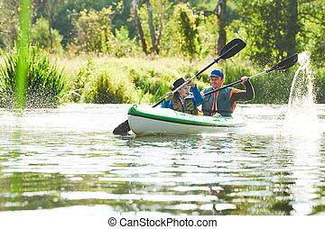 kayaking, ligado, rio, em, forest., família, ligado, canoe., ativo, recreação, e, férias