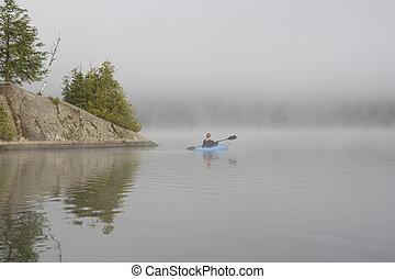 kayaking, sur, a, brumeux, lac