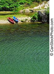 kayaques, en, orilladel río