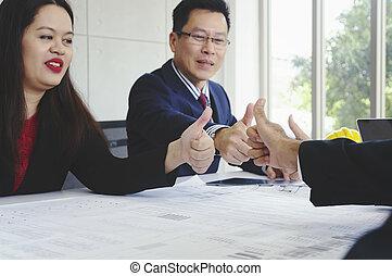 kciuk, handlowy zaludniają, do góry, architekci, uśmiechanie się, spotkanie