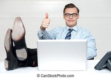 kciuki do góry, facet, odprężając, z, nogi, na, pracować kasetka
