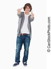 kciuki-do góry, przedstawianie, męski student, szczęśliwy