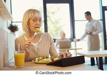 kedves, öregedő woman, étkezési, egy, saláta