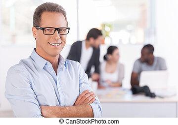 keeping, jego, team., dojrzały, pracujące ludzie, herb, trzy, zaufany, znowu, krzyżowany, tło, uśmiechnięty człowiek, okulary