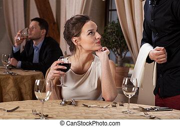 kelner, kobieta, flirtując, młody