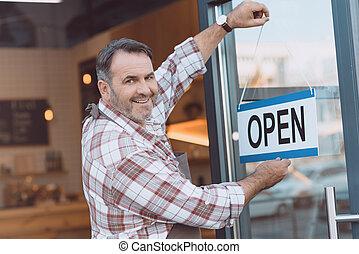 kelner, wisząc, otwarty znaczą, na, drzwi