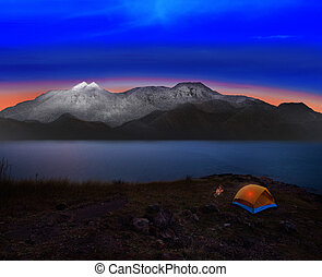 kempingezés sátor, noha, kő, és, hó, mountian, színhely,...