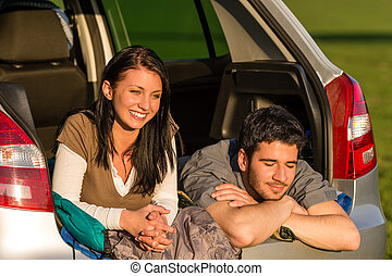 kempingezés, young párosít, fekvő, autó, nyár, napnyugta