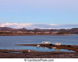 kempingező, és, csónakázik, parkolt, képben látható, tó, kellemes, shoreline