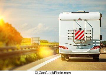 kempingező furgon, út út