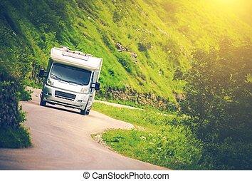 kempingező furgon, elgáncsol, út