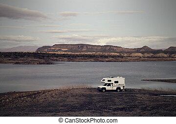 kempingező, parkolt, képben látható, tó, kellemes, shoreline, noha, szüret, hat