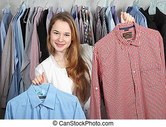 kemtvätt, två, presenterande, ren, anställd, shirts