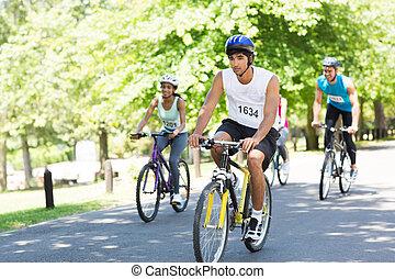 kerékpárosok, lovaglás, bicycles, képben látható, utca