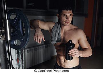 kerel, bodybuilder, moe, in, gym, houden, shaker, met, sportive, voeding, -, proteïne, van, shaker.