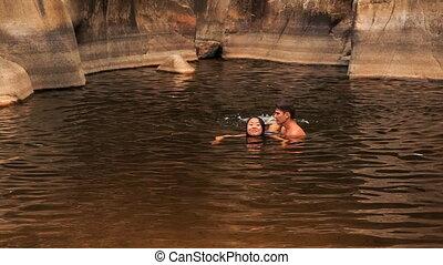 kerel, dragen, in, armen, meisje, portie, zwemmen, in, meer, gecreëerde, door, stroom