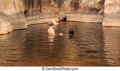 kerel, en, meisje, baden, zwemmen, in, warme, meer, gecreëerde, door, bergstroom