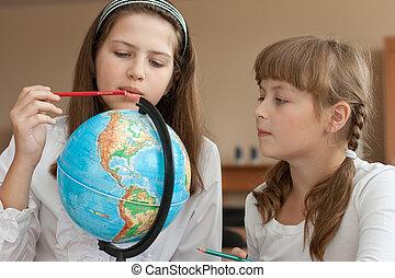 keres, földgolyó, két, diáklány, elhelyezés, földrajzi,...