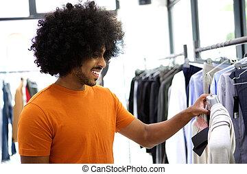 kerl, anschauen, kleidung, in, kaufmannsladen