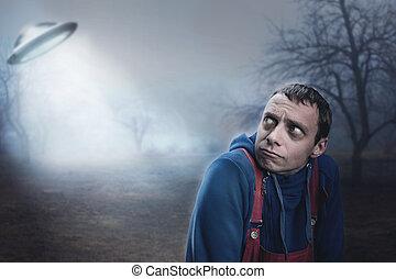 kerl, erschrocken, per, ufo